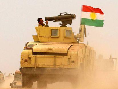 Soldados 'peshmerga' se acercan a la localidad de Bashiqa en 2016.