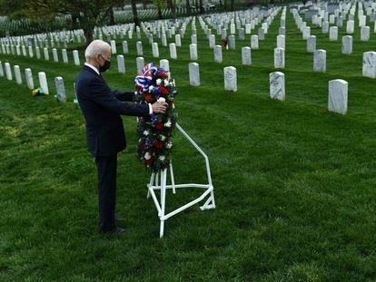 El presidentede EE UU, Joe Biden, deposita una corona de flores en el cementerio nacional de Arlington para honrar a los veteranos caídos en el conflicto afgano, este miércoles.