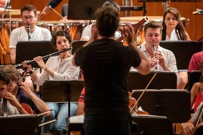 Pablo Heras-Casado dirige a la Mahler Chamber Orchestra en un ensayo.