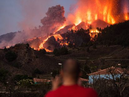 Un hombre observa la lava y el humo del volcán de Cumbre Vieja, en La Palma, este lunes.