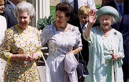 La princesa Margarita, flanqueada por la reina (izqda.) y por su madre, en una foto de 1995.
