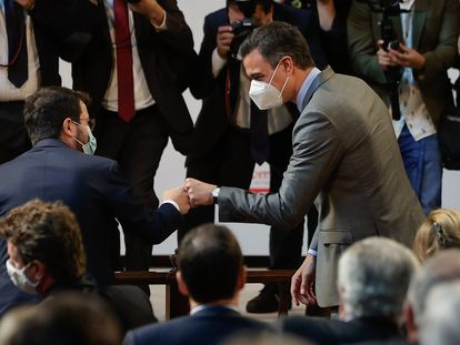 Pere Aragonès y Pedro Sánchez se saludan al inicio de un acto de la patronal Foment en Barcelona, este lunes.