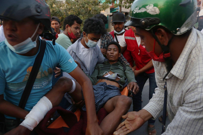 Traslado de un hombre herido después de la que la policía reprimiera a los manifestantes en una protesta en Mandalay (Myanmar), este domingo.
