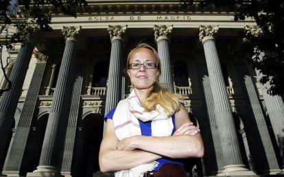 Katharina Miller, abogada y activista de Paridad en Acción ante el edificio de la Bolsa de Madrid.