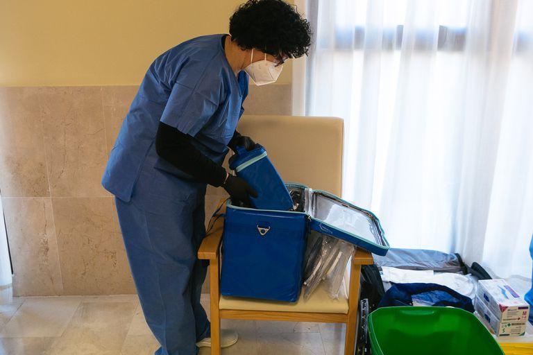 Una sanitaria manipula contenedores con las vacunas de Pfizer en Extremadura, la comunidad que tiene actualmente la mayor incidencia de covid.