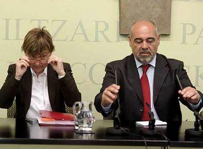 Gemma Zabaleta y José Antonio Pastor presentaron su iniciativa en el Parlamento.