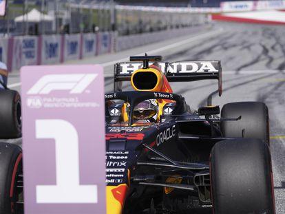 Max Verstappen, sentado en su coche tras conseguir la pole en el Red Bull Ring.