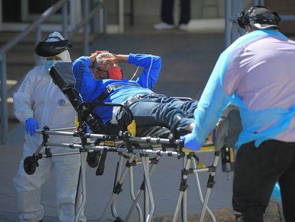 Personal de salud trasladan a un paciente contagiado con covid-19 en Baja California Sur.