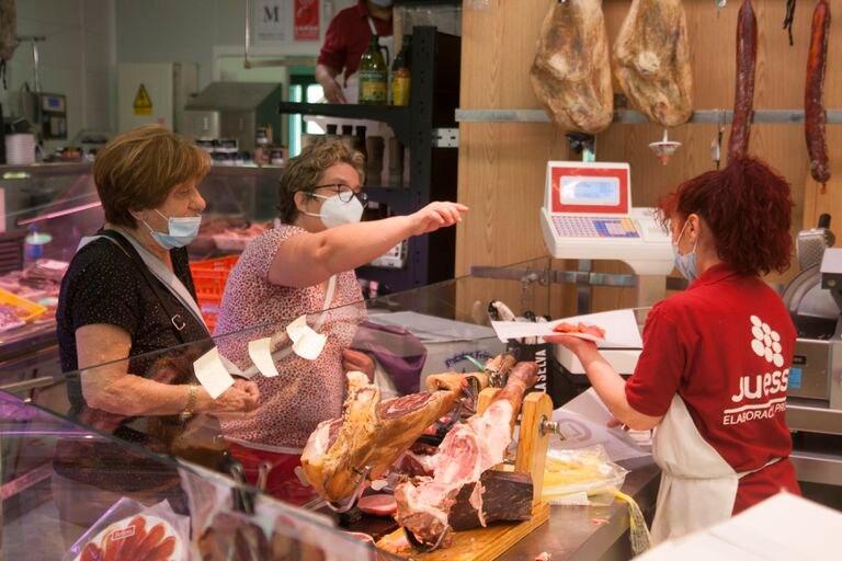 Dos mujeres compran en una carnicería de Soto del Real (Madrid).