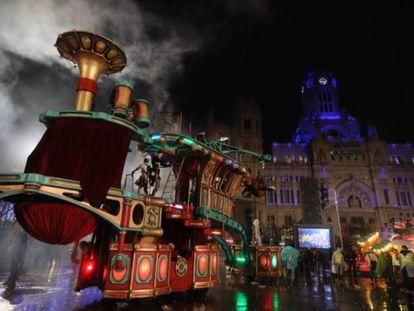Una de las carrozas de la cabalgata de Reyes de Madrid a su llegada al Palacio de Cibeles, el año pasado