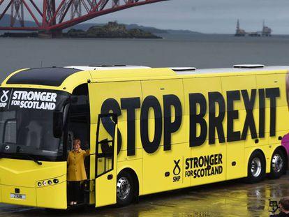 Nicola Sturgeon posa subida al autobús de campaña, ayer en Edimburgo.