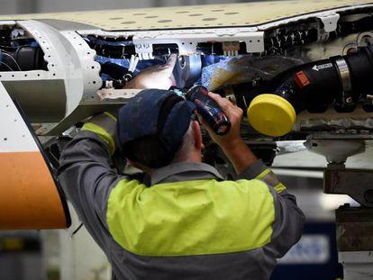 Operarios de Bombardier en la fábrica en Irlanda del Norte