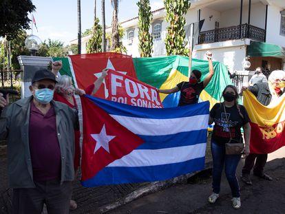 Un grupo de brasileños y cubanos realiza una manifestación el pasado martes, 13 de julio, frente a la embajada de Cuba, en favor del presidente cubano, Miguel Díaz-Canel.