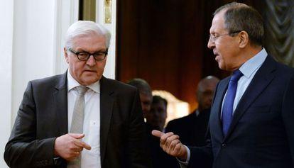 Sergei Lavrov, ministro de Exteriores ruso, habla con Frank-Walter Steinmeier, su homólogo alemán.