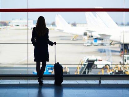 Una viajera espera en la zona de embarque de un aeropuerto para coger su vuelo.