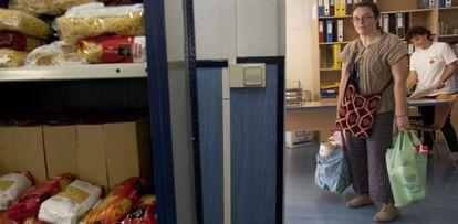 Lluïsa Alarcón recibe alimentos de la Cruz Roja en Castelldefels.