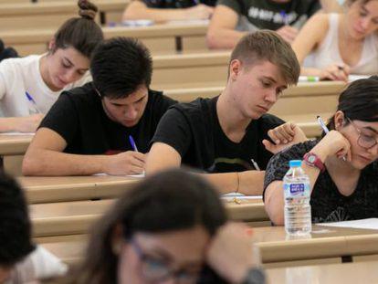 Estudiantes realizando un examen en la Universidad de Sevilla en agosto de 2019.