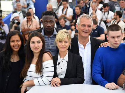 Laurent Cantet, con camisa blanca, rodeado de los actores de su película.