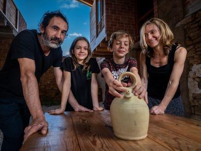 Familia del arquitecto David Sebastián, en la casa que este ha construido en Jarque de la Val, Teruel.