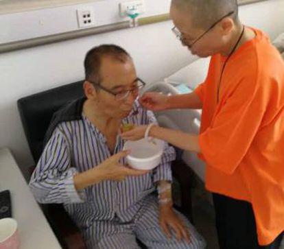 Liu Xiaobo es atendido por su mujer Liu Xia en un hospital en China, tras salir de prisión.
