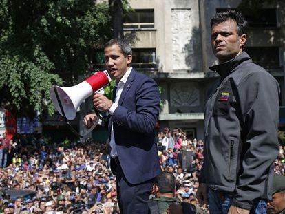 Juan Guaidó y Leopoldo López, el 30 de abril de 2019, durante el intento de alzamiento contra Nicolás Maduro.