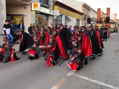 Una imagen del desfile de la comparsa de la polémica.