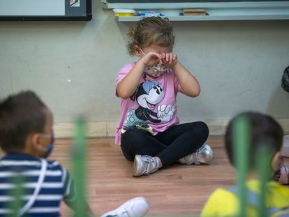 Una niña llora en su primer día de colegio, en la escuela Catalònia de Barcelona.