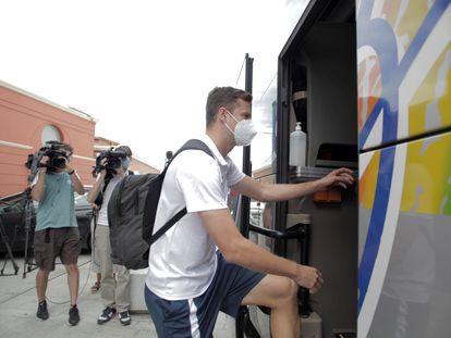 Uno de los jugadores del Fuenlabrada que permanecía confinado en A Coruña abandona el hotel.
