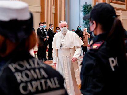 El papa Francisco se dirige a impartir la bendición 'urbi et orbi', en una imagen facilitada por el servicio de prensa del Vaticano.