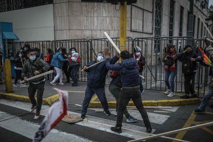 """Miembros del grupo fujimorista denominado """"La Resistencia"""" se enfrentó a los simpatizantes de Pedro Castillo a las afueras del Jurado Nacional de Elecciones (JNE), donde llevan acampando más de 15 días a la espera de los resultados electorales, este jueves en Lima (Perú)."""