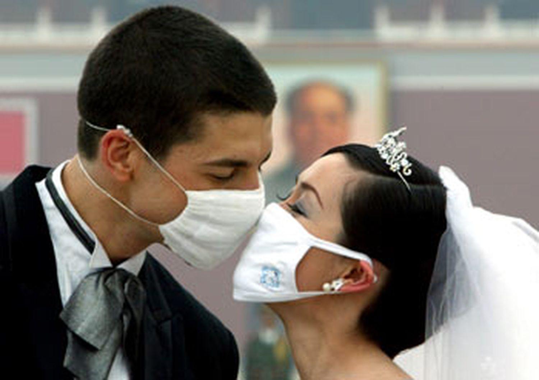 Novios con mascarilla en China