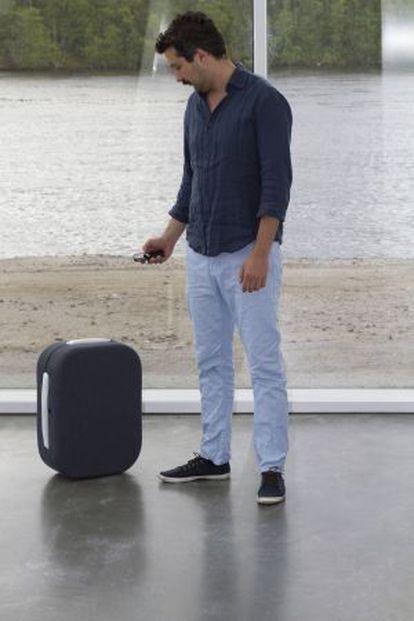 Un usuario de la maleta móvil diseñada por Rodrigo García