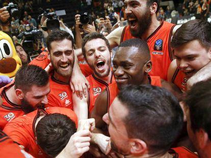 Los jugadores del Valencia celebran la victoria.