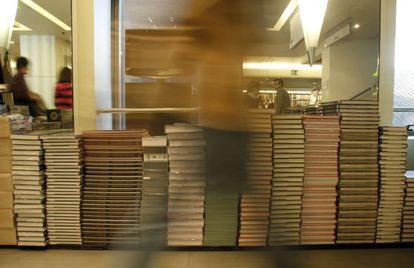 Libros apilados en la tienda de la FNAC, en Madrid.