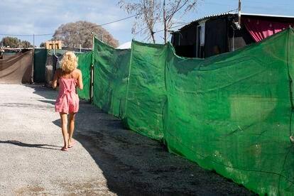 Luna (nombre ficticio), camina por el poblado de chabolas en el barranco de El Pajar (Gran Canaria).