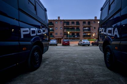 Dos furgonetas del Cuerpo Nacional de Policía en La Jonquera.