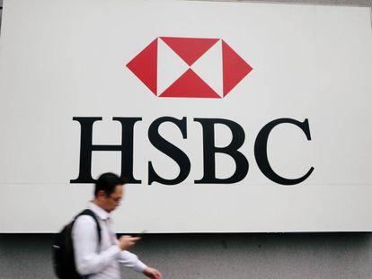 Un hombre camina junto al centro de HSBC en Kuala Lumpur, Malasia.