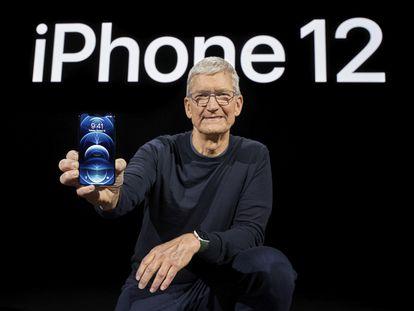 El CEO de Apple, Tim Cook, sostiene el iPhone 12, este martes, en California, durante la presentación del nuevo teléfono.