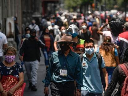Viandantes caminan por el centro de Ciudad de México, este verano.