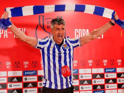 Imanol Alguacil celebra la victoria de la Real en la final de Copa en la sala de prensa tras el partido.