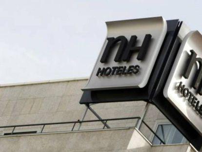 El logo de NH en un hotel en el centro de Madrid