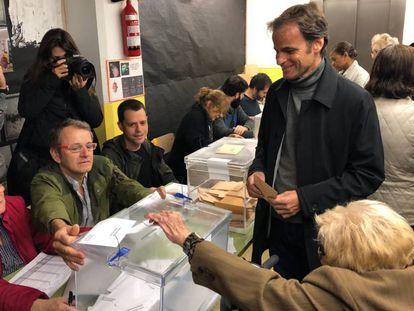 El candidato de ECP por Barcelona al Congreso, Jaume Asens, vota en Barcelona con su abuela, de 101 años.