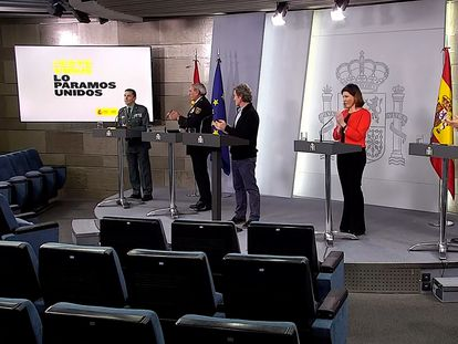 Momento en el que el grupo de técnicos del comité de gestión del coronavirus aplaude al general José Manuel Santiago, a la izquierda.