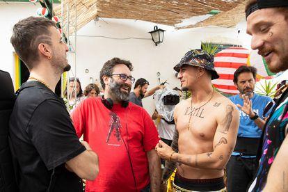 Desde la izquierda, Julián López, el director Carlos Theron y Carlos Librado, en el rodaje de 'Operación Camarón'.