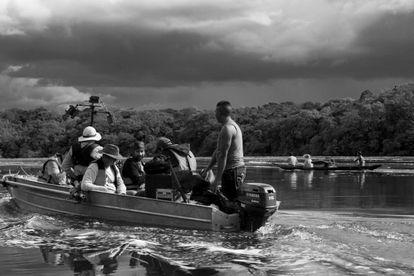 El equipo de 'El abrazo de la serpiente' cruzando el río Amazonas