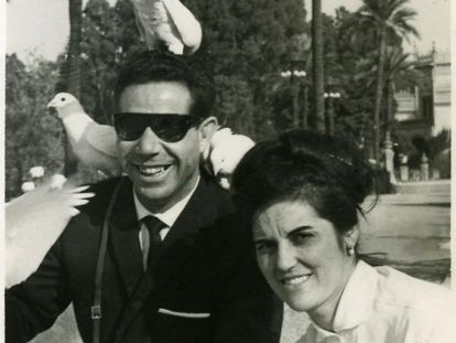 Alfonso Ariza y Cesárea Andrés en el parque de María Luisa de Sevilla en 1964, durante su luna de miel.