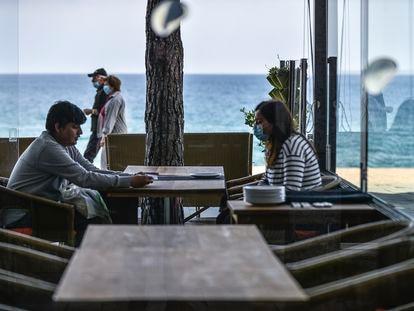 Clientes en un restaurante del Paseo Maritimo de Platja d'Aro.