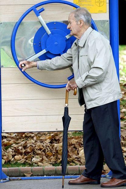 Un hombre que ya ha superado la edad de jubilación realiza ejercicios en un parque de Bilbao