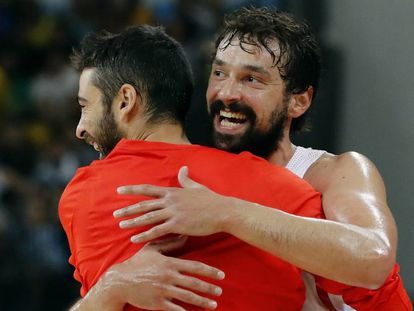 Llull y Navarro se abrazan tras la victoria a Francia.