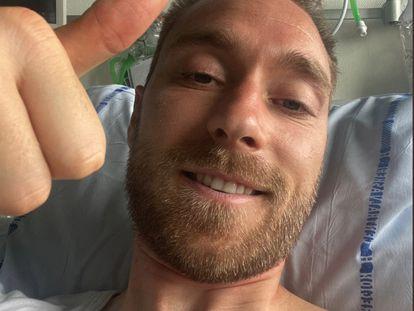 El jugador danés Christian Eriksen enseña el pulgar hacia arriba el pasado martes en el hospital en Copenhague (Dinamarca).